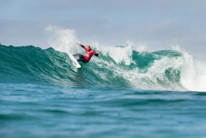 Kelly Slater stands out in tricky Jeffreys Bay