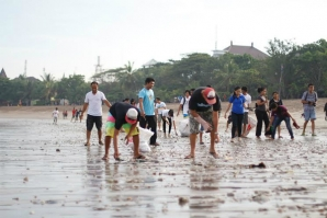 BALI'S BEACH CLEAN UP EFFORT CONTINUES