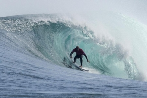 Kelly Slater is already in the round three. Click by WSL