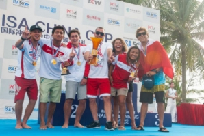 Team Peru, with their Team Gold Medals and holding the ISA China Cup Team Trophy. Photo: ISA/Gonzales