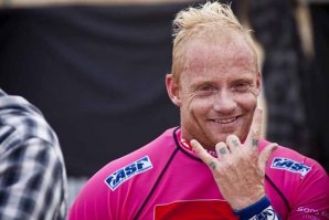 Australiano Mick Campbell sofre acidente no free surf