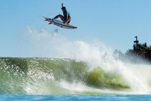Kabummm! Julian Wilson a sair sem rumo no Surf Ranch.