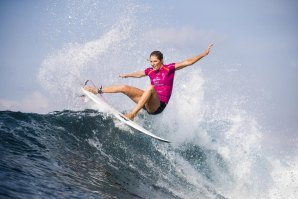 STEPHANIE GILMORE ENTRE AS OITO FINALISTA DO CORONA BALI PEOTECTED