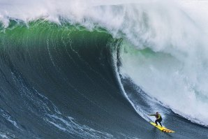 Garrett McNamara faz entrada nos Big Wave Awards com onda na Praia do Norte
