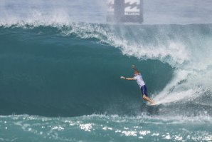Triunfo no regresso de Kelly Slater aos grandes palcos do surf.
