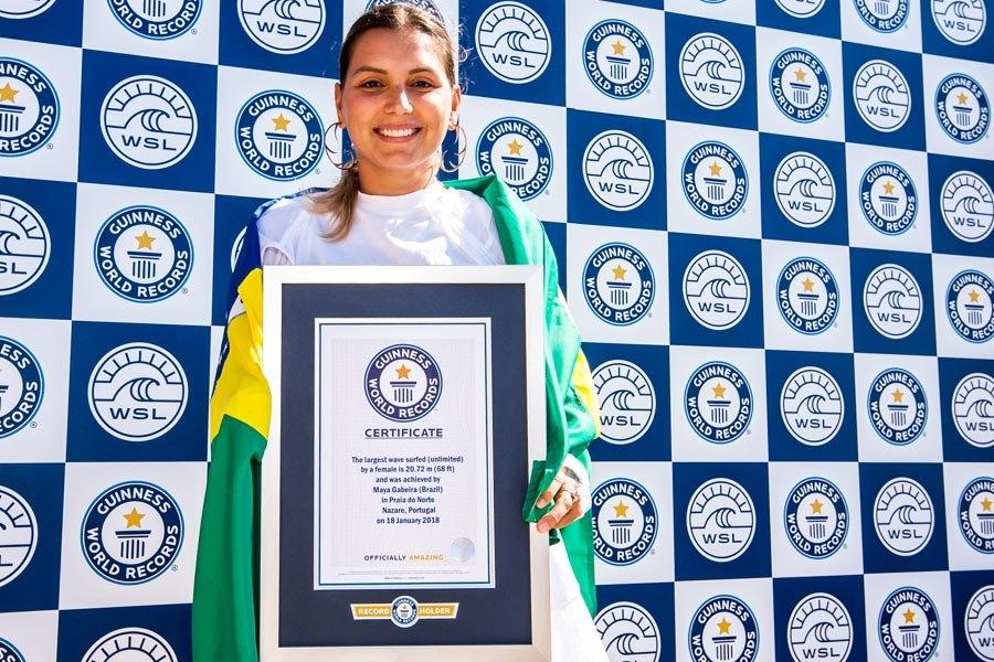 Maya Gabeira com o certificado.