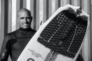 Kelly Slater examina ao pormenor o traction pad feito de algas